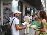Para ambassador PETA yang terliaht sedang membagi-bagikan menu makanan vegan kepada warga yang melintas