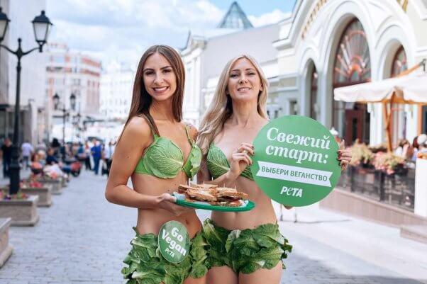 Para wanita sexy yang sedang mengkampanyekan gaya hidup vegan