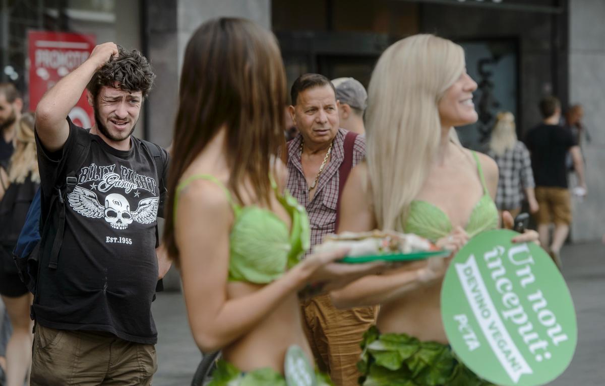 """Seorang pria yang terlihat sedang mengamati para """"Lettuce Ladies"""""""